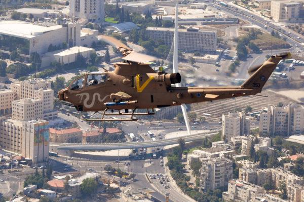 Un Cobra israélien survole Jérusalem.