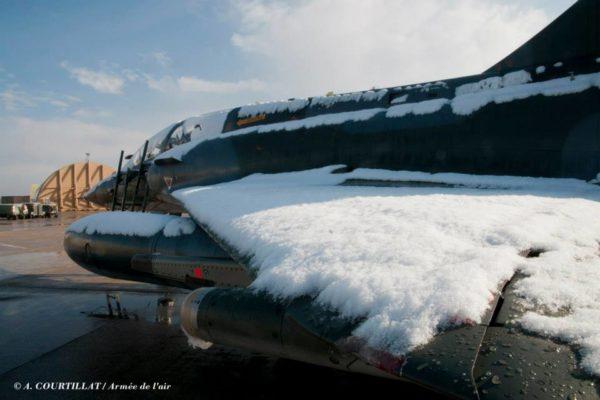 La neige recouvre l'aile de ce Mirage 2000N.