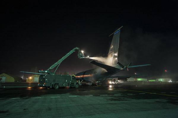Remarquez la petite taille de la cabine du militaire chargé de dégivrer l'avion.