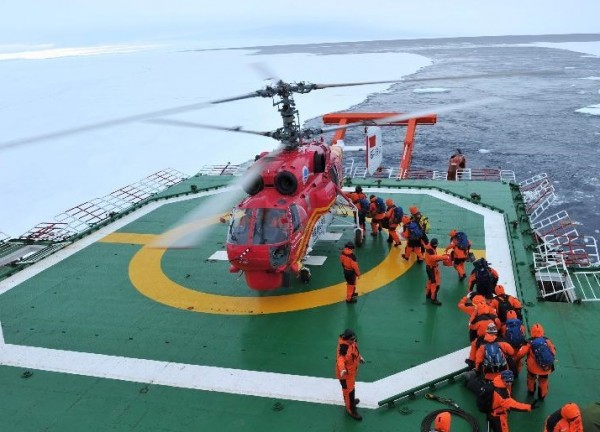 L'hélicoptère de sauvetage Ka-32C sur le pont du brise-glace Xue Long.