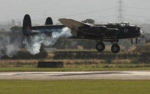 Le Lancaster incendié à l'atterrissage.
