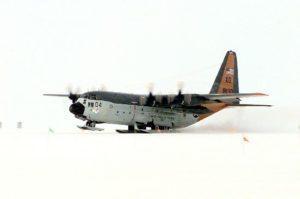 Un LC-130F de la VXE-6 à l'atterrissage.