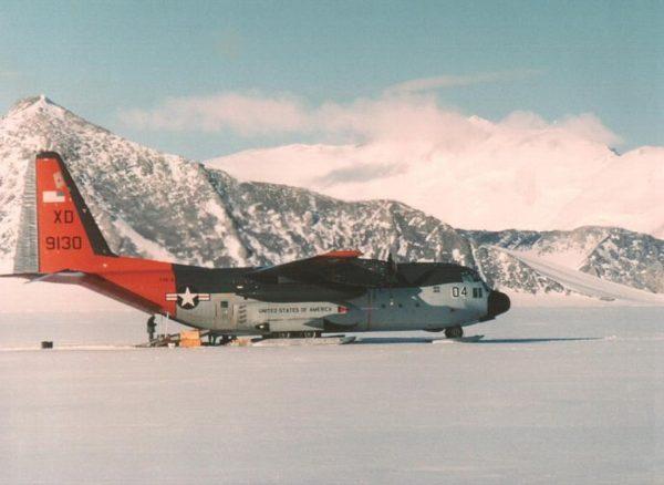 Sur ce cliché les skis du Lockheed LC-130F apparaissent parfaitement. L'avion porte la livrée traditionnelle de la VXE-6 à la fin des années 1960.