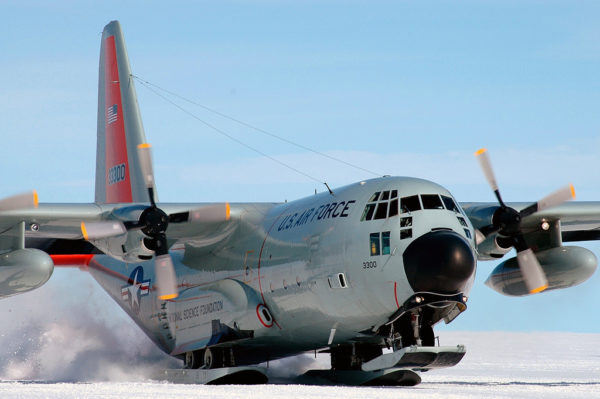 Gros plan sur les skis du Lockheed LC-130H.