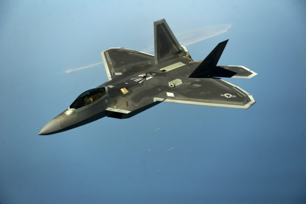 Lockheed-Martin F-22 Raptor de l'US Air Force en survol maritime.