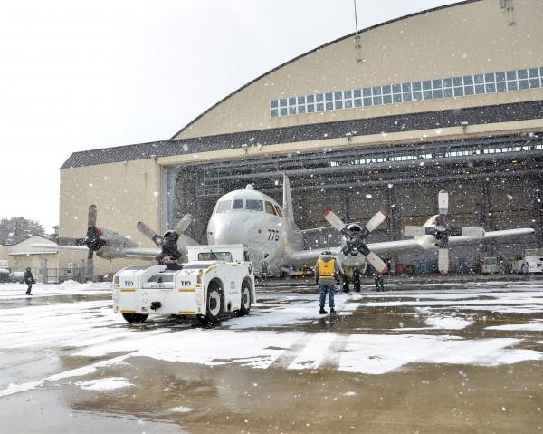 Sortie de son hangar d'un Lockheed P-3C de l'unité VP-46 rattachée à la 7ème flotte américaine.