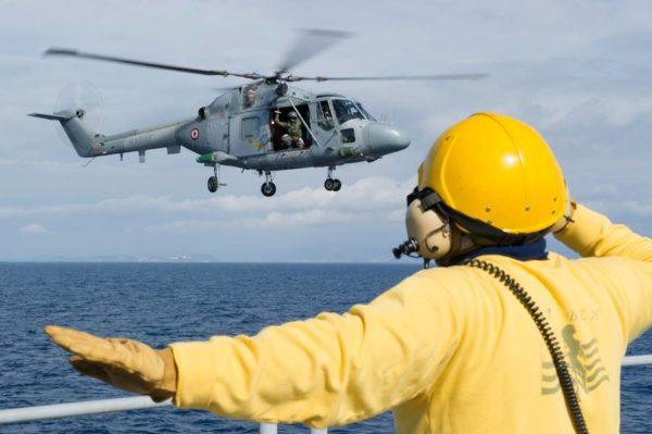 L'équipage du Lynx suit les instructions du chien jaune embarqué sur la frégate Montcalm.
