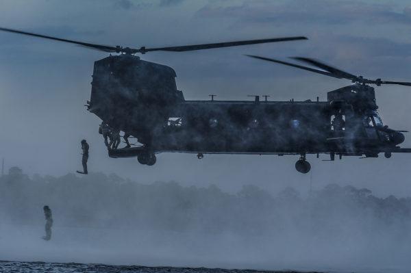 Sur ce cliché le MH-47G démontre ses capacités à très basse altitude.