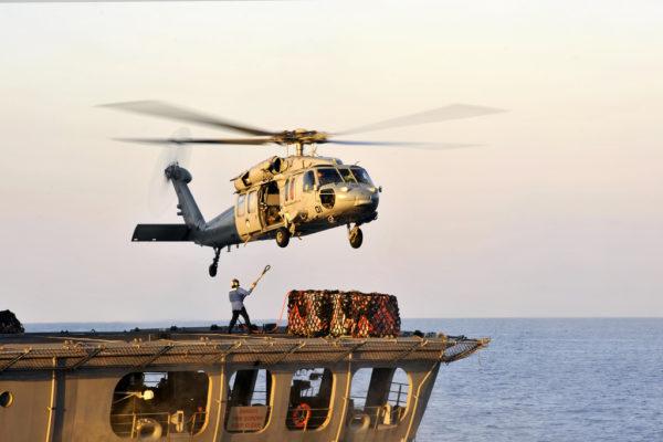 Un Sikorsky MH-60S Knighthawk se prépare pour une mission vertrep.