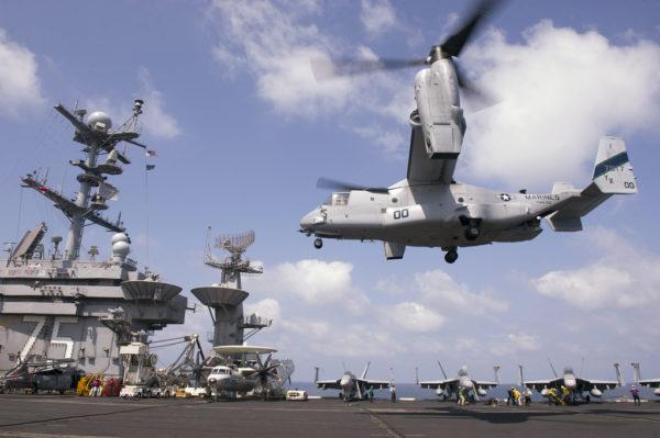 D'ici quelques années l'Osprey qui se posera comme celui-ci sur le pont de l'USS Truman portera les couleurs de l'US Navy.