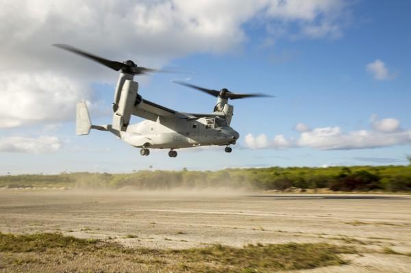 Bell/Boeing MV-22B Osprey de l'US Marines Corps réalisant un posé d'assaut.