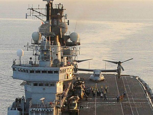 MV-22 américain posé sur la partie arrière du pont du porte-aéronefs britannique HMS-Illustrious. Notez le Lynx et le Sea King également visible.