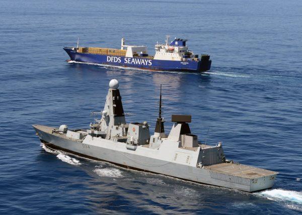 Le MV Ark Futura sous l'escorte de la marine britannique.