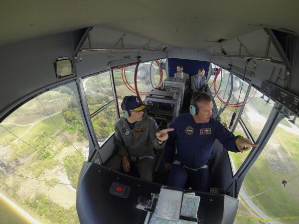 Le contre-amiral Matthew Klunder, en passager VIP, du dirigeable MZ-3.