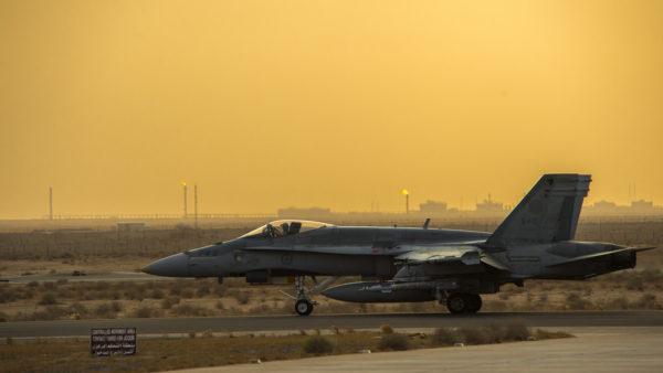Ce CF-188 Hornet se prépare à décoller pour une mission de nuit, remarquez ses bombes à guidage laser sous les ailes.