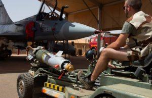 Image insolite que cette bombe guidée placée sous un chasseur Mirage 2000C.
