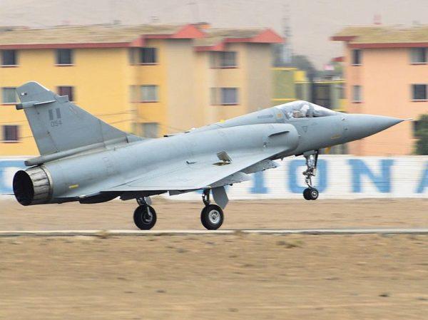 Un Mirage 2000P au décollage en configuration quasi lisse.