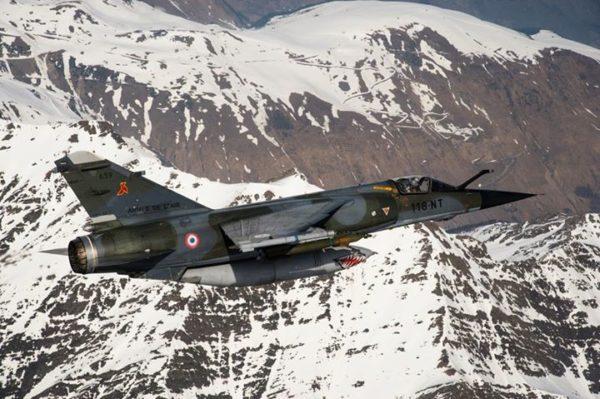 Un Mirage F1 volant sous cocarde française, une image qui appartient désormais à l'Histoire.