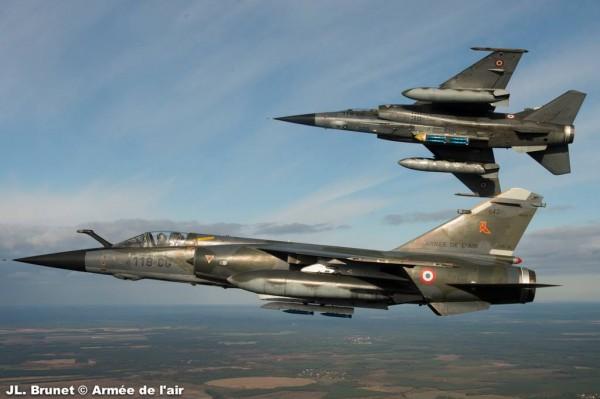 Les bombes d'exercice (en bleues) sont bien visibles sous ce Mirage F1-CR.
