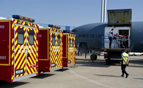 Sur le tarmac à l'arrivée les ambulances des pompiers de Paris attendent les blessés débarqués du C-135FR MORPHEE.