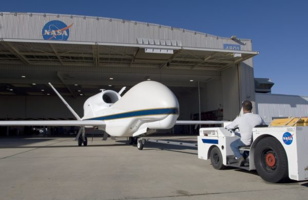 Un Global Hawk de la NASA sort de son hangar.