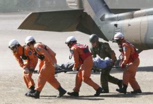 Des sauveteurs du Mont Ontake extraient une victime survivante d'un Blackhawk.