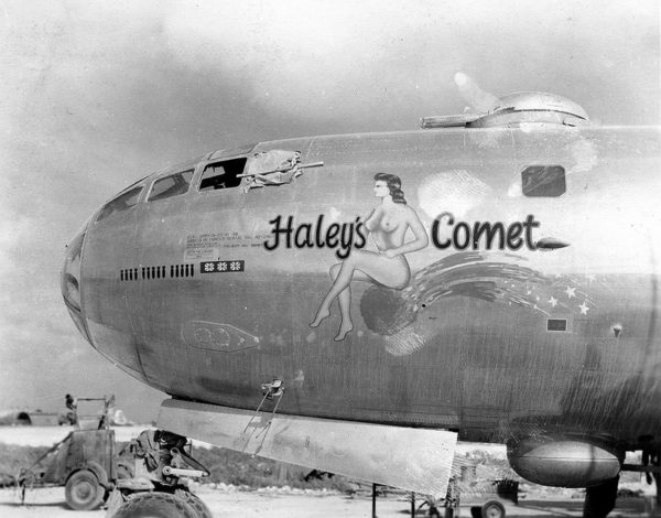 Pin-up visible ici sur le nez d'un Boeing B-29 Superfortress appartenant à la 20th Air Force américaine en 1945.