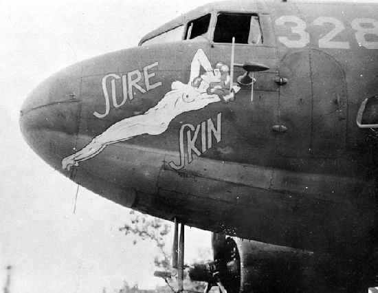 Pin-up visible ici sous le nez d'un Douglas C-47 Skytrain de l'US Army Air Force en 1944.