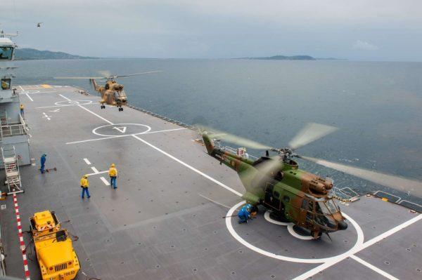 Puma de l'ALAT en opérations sur le pont d'envol du BPC Tonnerre durant Catamaran 2014.