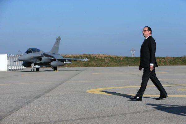 Le Président de la République passe devant un Rafale B équipé d'un missile ASMP-A.
