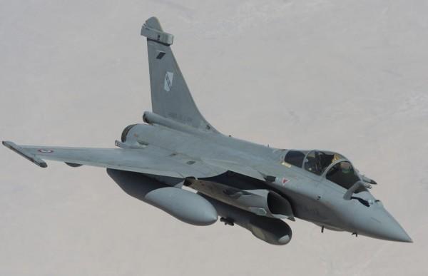 """Rafale équipé d'un pod de reconnaissance """"reco NG"""" en vol au-dessus de l'Irak."""