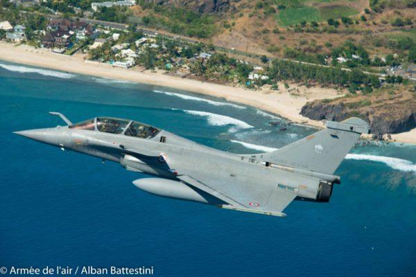 Dassault Rafale B de l'Armée de l'Air survolant une plage réunionnaise.