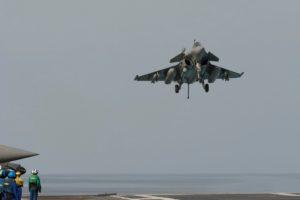 Ce Rafale M revient d'opérations au-dessus de l'Irak. Remarquez les deux bombes non tirées sous les ailes.