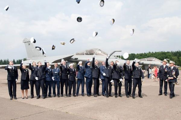 Jeunes pilotes belges et français, main dans la main.