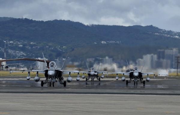 Des Hornet canadiens se préparent à prendre les airs dans le cadre de Rimpac 2014.