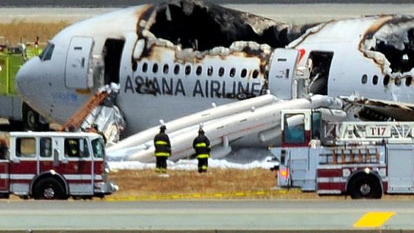 Des pompiers du SFFD travaillent encore sur la carcasse du 777-200ER d'Asiana.