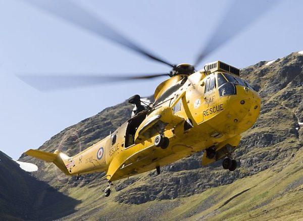 Un Sea King du Squadron 202 dans son environnement naturel : les montagnes escarpées des Highlands.