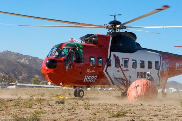 Sikorsky S-61N de l'USFS se préparant à décoller, avec son Bamby Bucket accroché.