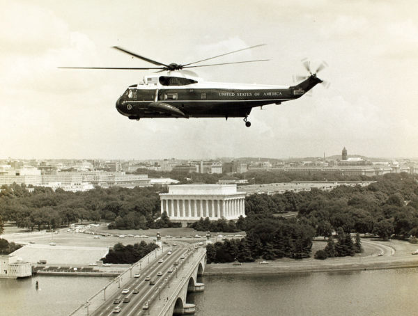Un Sikorsky VH-3A survolant Washington-DC dans les années 1960.