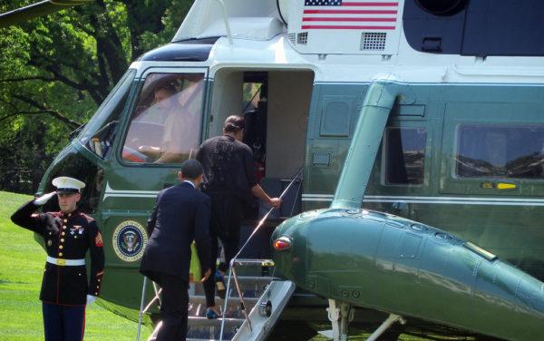 """Barack Obama et la """"first lady"""" montent à bord de Marine One."""