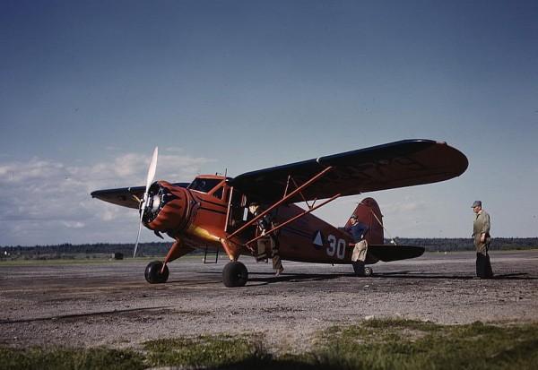Avion de tourisme et de transport léger, le Stinson SR.5 était utilisé par les CAP durant la Seconde Guerre mondiale.