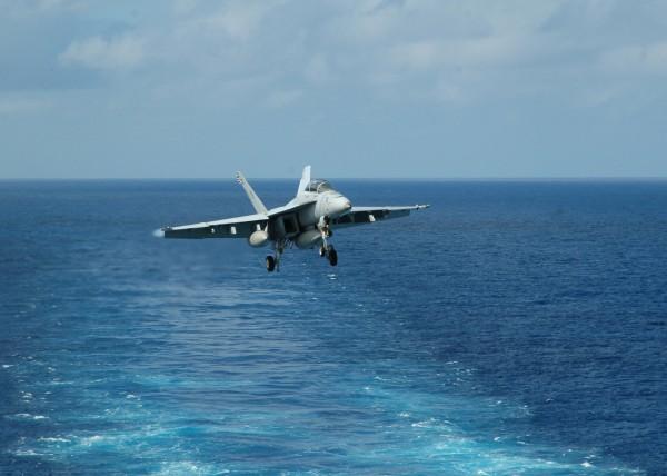 Un F/A-18E Super Hornet de la VFA-102 juste avant l'appontage.