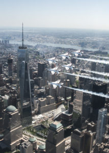 Les Thunderbirds survolent One World Trade Center.