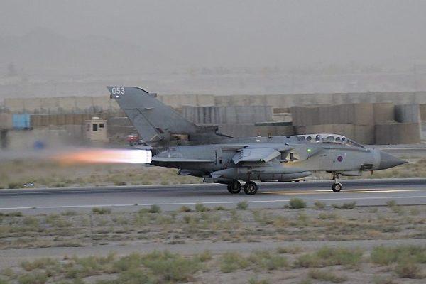Un Tornado britannique, post-combustion allumé, s'arrache d'une piste afghane.