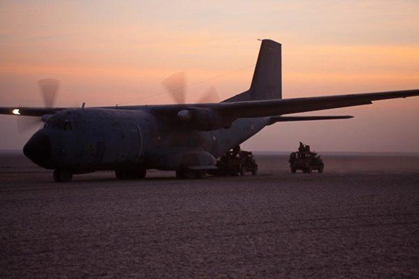 L'avion est de l'Armée de l'Air et les véhicules de la... marine.
