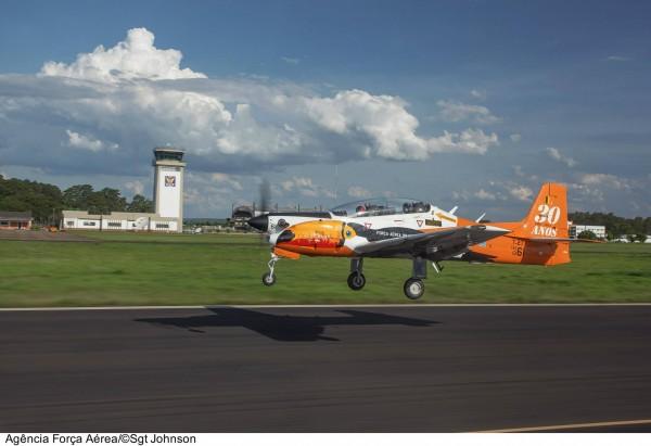 Le Tucano dans sa livrée spéciale 30 ans à l'atterrissage.