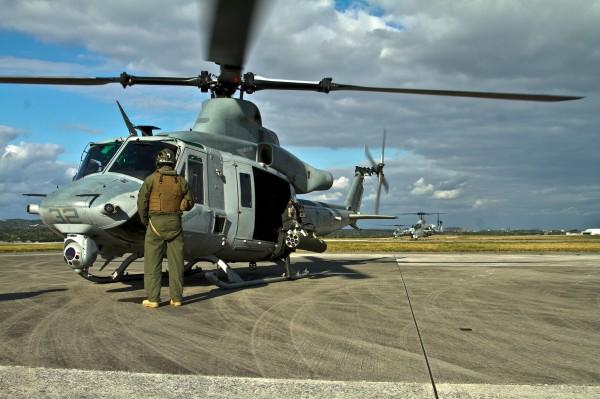 Pilote américain en attente de décollage devant son Bell UH-1Y Venom.