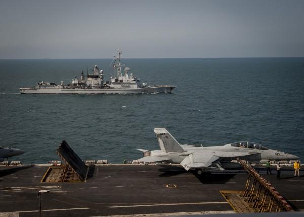 La frégate française Jean Bart au plus près de l'USS Carl Vinson.