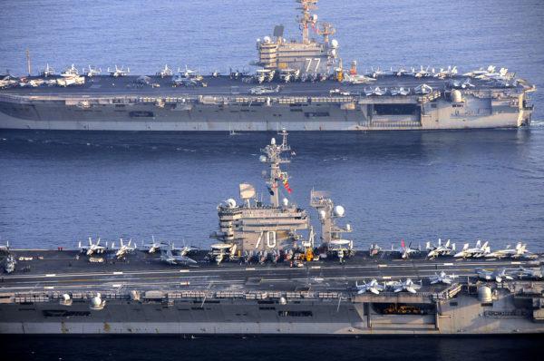Le porte-avions USS Carl Vinson relève l'USS Georges Bush. Les F/A-18 et EA-18 apparaissent clairement sur le pont du CVN-70.