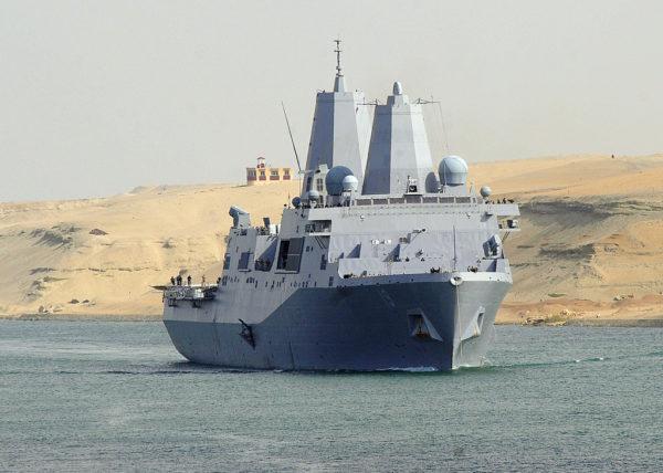 Le puissant navire de transport et de commandement USS Mesa Verde passe le canal de Suez en direction du Golfe.